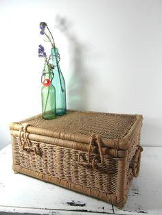 Panier tressé en rotin rustique vintage. par frenchvintagedream