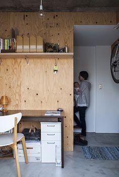 <p>素地のままの合板で仕上げた壁は、棚を付けたり気ままにDIYできていいですね。</p> Plywood Interior, Small Studio, Building Materials, Office Furniture, Interior And Exterior, Home Office, Home Accessories, Box, Kids Room