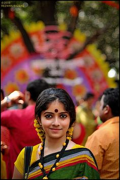 Travel Asian people And The Festivity Begins , India Cultures Du Monde, World Cultures, We Are The World, People Around The World, Beautiful People, Beautiful Women, Amazing India, India People, Saris