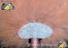 Abanico de plumas. Feather fan. www.abanicossevillanos.es Crochet Hats, Fashion, Hand Fans, Feathers, Knitting Hats, Moda, Fasion, Trendy Fashion, La Mode
