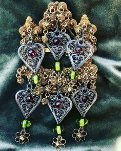 Da fikk den rare spenna fra auksjon plass på trøya, sammen med et annet bruktfunn. Gammelt og nytt i skjønn forening. 🥰 #beltestakk… Antique Gold, Gold Jewelry, Brooch, Antiques, Antiquities, Brooches, Antique, Gold Jewellery