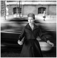 Graziani luciendo conjunto de Christian Dior, fotografiada por George Dambier, 1955.
