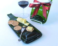 What a clever cheese and cracker tray for wine parties