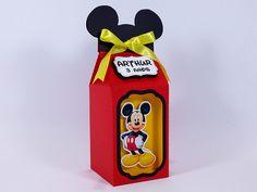 Que linda caixinha para decorar e encantar a sua festinha Mickey. Personalizada com o nome do aniversariante. Mickey Birthday, Mickey Party, Minnie Mouse Party, Mouse Parties, Fiesta Mickey Mouse, Milk Box, Disney Scrapbook, Baby Disney, Party Favors