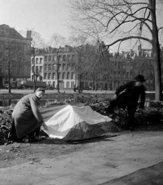 The execution of thirty people on the Weteringplantsoen is a reprisal for the murder of an SD official on the Stadhouderskade. Passersby are forced to stand and watch. Resistance members secretly cover the bodies with the Dutch flag.