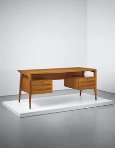 View Rare desk by Gio Ponti sold at Design Evening Sale on London Evening Sale 28 April 2015 Learn more about the piece and artist, and its final selling price Mcm Furniture, Furniture Projects, Vintage Furniture, Furniture Design, Mid Century Desk, Mid Century Furniture, Mid Century Modern Colors, Modern Color Schemes, Inside Home