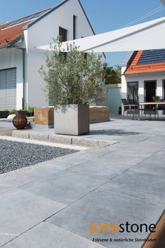 Kalksteinplatten Blaustein Azur, stonewashed & getrommelt In the mood for terrace time in summer: the modern bluestone azure terrace tiles give the garden a high-quality ambience Outdoor Decor, Garden Design, Limestone Slab, Terrace Tiles, Modern, Front Yard, Bluestone, Terrace House, Balcony Design