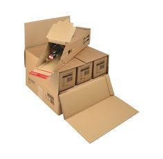 Etui d'expédition pour bouteille de vin. Pour l'envoi individuel de bouteilles de vin, la caisse carton bouteille possède un système de calage intégré en carton qui protège la bouteille des chocs lors de l'expédition. Pour l'envoi de 3 ou 6 bouteilles, Distripackaging vous propose une caisse carton de suremballage adaptée aux dimensions de l'étui 1 bouteille. #packaging #carton #box Packaging Carton, Usb Flash Drive, Dimensions, Craft, Wrapping, Bottle, Drink, Wine, Creative Crafts