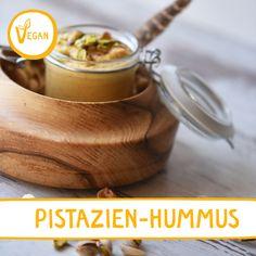 PISTAZIEN-HUMMUS mit Habeshas Berbergewürz: Außergewöhnliche Hummusvariation mit Karotten und Pistazien! Achtung (!) Suchtgefahr ;) #hummus #pastazie #nusshummus #pistazienhummus #diyhummus #homemade #selbstgemacht #aufstrich #vegan Meals Without Meat, Vegan Substitutes, Pesto Sauce, Bread N Butter, Moscow Mule Mugs, Hummus, Frugal, Healthy Lifestyle, Food And Drink