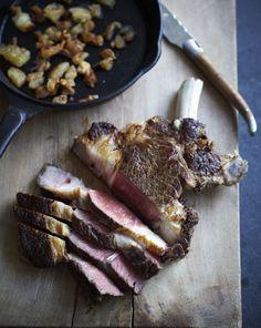 Cote de beouf, krokant van buiten, rood van binnen, erg lekker met uitgebakken runder kaantjes en onmisbaar de Bearnaise saus