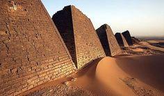 Pirâmides de Meroe, Sudão. O interior das pirâmides é de alvenaria revestido com tijolos, uma técnica antiga de construção que permitia aos governantes sudaneses levantar várias edificações enormes com rapidez e facilidade.