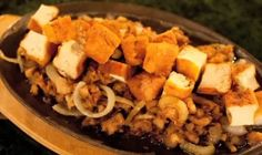 Tokwa at Sisig is a group's best friend every night out. An original Filipino recipe that meritoriously combine tofu and chopped pig ears and/or head parts. Filipino Recipes, Filipino Food, Sisig Recipe, Dried Tofu, Food Preparation, Pork Recipes, Recipe Tv, Make It Simple, Pig Ears
