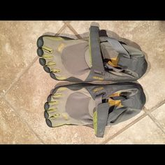 Men's Vibram Five Fingers size 42 (9.5-10 in us) Men's Vibram Five Fingers size 42 (9.5-10 in men's us according to the Vibram website sizing chart)  These are in great shape! No rips or tears or wear on the bottom. They're an army green and grey color. Vibram Shoes Athletic Shoes