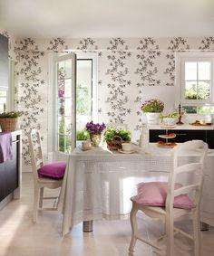 Una cocina en flor  Papel pintado de El Arcón de Margari. Mobiliario diseñado por Cocinas Cobo. Sillas y mantel blancos de Sandra Marques.