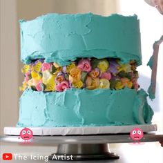 The Icing Artist is attempting to make a fault line cake, and the result is ADORABLE! 😍                       By: @The Icing Artist on YouTube Cake Decorating Icing, Creative Cake Decorating, Cake Decorating Videos, Birthday Cake Decorating, Cake Decorating Techniques, Cookie Decorating, Vanilla Donut Recipes, Artist Cake, 18th Cake
