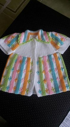 This Pin was discovered by Han Baby Cardigan Knitting Pattern, Baby Knitting Patterns, Knitting Designs, Hand Knitting, Diy Crafts Crochet, Crochet Baby Clothes, Sweater Set, Diy Dress, Knit Or Crochet