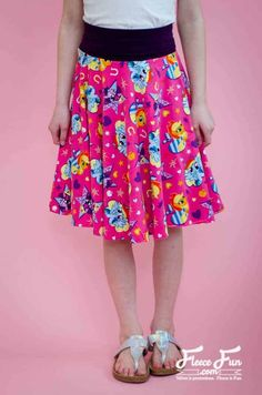 Circle skirts are so easy to sew! But if you're not a math person it can be hard to figure out how big to cut the circles! This easy sew circle skirt by Fleece Fun has a free pattern. Circle Skirt Pattern, Skirt Pattern Free, Free Pattern, Sewing Patterns Free, Clothing Patterns, Coat Patterns, Blouse Patterns, Diy Clothing, Knitting Patterns