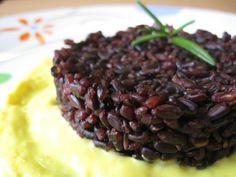 Riso Venere integrale Ecor su letto di salsa alla curcuma di Rocca dei Fiori, ricetta dal piacevole contrasto cromatico tra il riso nero e la crema gialla