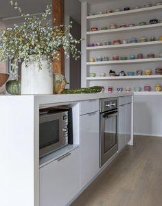 Grappig zo'n kast met verzameling. Een prachtige karakteristieke loft in Brooklyn Roomed | roomed.nl