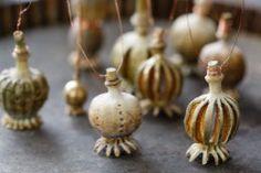 Aus getrockneten Mohnkapseln entstehen filigrane O… - Modern Diy Projects For Beginners, Diy Craft Projects, Garden Projects, Poppy Craft, Diy Chicken Coop, Seed Pods, Schmuck Design, Nature Crafts, Oeuvre D'art