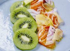 Recette de Saumon mariné aux agrumes et kiwi façon pickles pour 6 personnes - Mélanger le gros sel, le sucre et le zeste d'une demi-orange et d'un citron vert ...