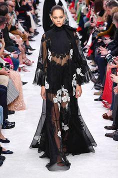 valentino s pizza Fashion Show, Fashion Outfits, Womens Fashion, Fashion Trends, Fashion Weeks, Paris Fashion, Dame Chic, Valentino Boots, Ugly To Pretty