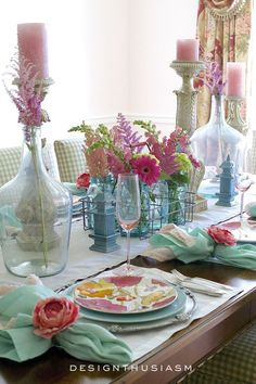 What makes me smile for an evening of seasonal entertaining is summer flowers in a colorful tablescape. Baby Shower Table, Beautiful Table Settings, Easter Table, Easter Decor, Deco Table, Home And Deco, Decoration Table, Summer Table Decorations, Summer Flowers