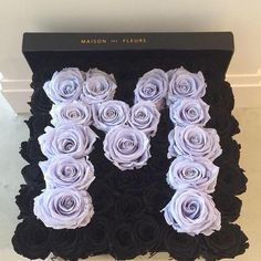 Roses in a box are the new gift that all women .- Las rosas en cajita son el nuevo regalo que todas las mujeres deseamos recibir Roses in box. Bouquets of flowers in box. lilac and dark roses in box - Luxury Flowers, My Flower, Pretty Flowers, Box Roses, Flower Boxes, Beautiful Roses, Floral Arrangements, Bouquets, Floral Design