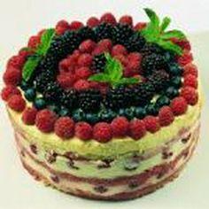 Torta de merengue y frutos del bosque