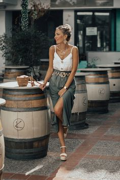 White button-down top+olive green button down midi skirt+white ankle strap espadrille-wedges+brown rattan shoulder bag+ivory and black printed belt+gold statement earrings+gold necklaces. Summer Casual Date Outfit 2018 Source by luisamnsky outfit Date Outfit Casual, Casual Summer Outfits, Spring Outfits, Looks Chic, Looks Style, Look Fashion, Fashion Outfits, Womens Fashion, Woman Outfits