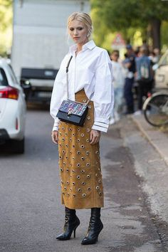 50 of The Best Street Style Looks of 2017 Take a white shirt to the next level with a statement skirt and sleek stiletto boots. Best Street Style, Street Style Outfits, Street Style 2017, Mode Outfits, Cool Street Fashion, Street Style Looks, Fall Outfits, Spring Street Style, Summer Outfits