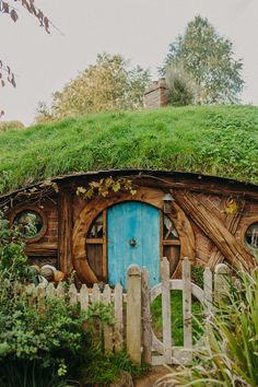 Hobbiton was one of those places I had always hoped to visit, but never thought I would actually get to. So when my sister and I added it to our New Zealand itinerary, I was extremely excited! New Zealand Itinerary, New Zealand Travel, Green Magic Homes, Metal Garden Gates, Australia Travel, Visit Australia, Travel Photography, Scenery Photography, Night Photography