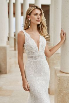 Mermaid-style wedding dress in lace with beaded scalloping at the neckline. With sheer inserts, V-neckline and low back. Staubige Rose, Wedding Dress Pictures, Gown Photos, Affordable Wedding Dresses, Dress Out, Perfect Wedding Dress, Bridal Collection, Couture Collection, Dream Dress