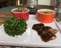 Estrogonofe vegano: o molho preparado com leite de amêndoas, cogumelos paris frescos, tomate, cebola e páprica envolve os gordos pedaços de shiitake e vem acompanhado por arroz de castanha do Pará e salada de couve crua (R$ 43,50). No Nambu