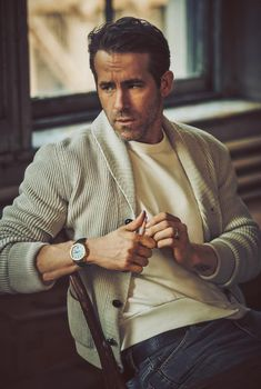 What is Smart Casual? A Complete Guide with Lots of Outfit Examples What is Smart Casual? Primer's Complete Guide Mr Porter, Ryan Reynolds Style, Ryan Reynolds Young, What Is Smart, Handsome Men Quotes, Guy Aroch, Men Quotes Funny, Outfits Hombre, Look Man