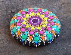 Piedra de Mandala-pintado a mano Esta piedra preciosa fue creada con mucho amor y alegría. Las piedras de mandala tienen en ellos muchas horas de trabajo alegre y oración para que el dueño se sienta la vibración de alegría, felicidad y el valor de nuestro hermoso universo. Tamaño: