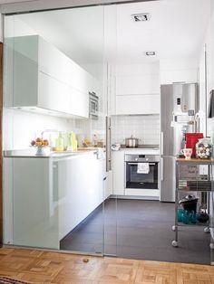 10 Inspiring Modern Kitchen Designs – My Life Spot Mini Kitchen, Glass Kitchen, New Kitchen, Kitchen Room Design, Interior Design Kitchen, Kitchen Decor, How To Install Countertops, Minimalist Kitchen, Home Interior