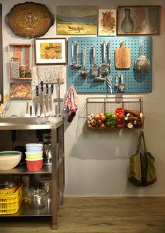 O ar bagunçado fica lindo na cozinha, e o pegboard colorido faz a organização!