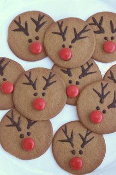 Modern and Creative Christmas Tree Ideas ⋆ Oceanfront - reindeer decorated christmas cookies - Creative Christmas Trees, Christmas Sweets, Christmas Cooking, Holiday Cookies, Christmas Desserts, Christmas Holidays, Christmas Crafts, Cute Christmas Cookies, Navidad Simple