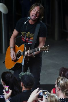 Keith Urban Performs in Pitt Street Mall, Sydney