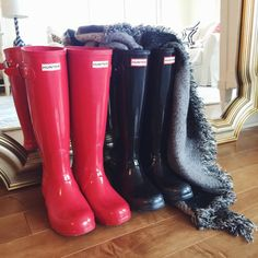 southern-curls-and-pearls: original high gloss Hunter boots. Southern Curls And Pearls, Wellies Rain Boots, Sock Shoes, Shoe Game, Hunter Boots, New Shoes, Autumn Winter Fashion, Winter Style, Rubber Rain Boots