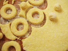 Papanasi, a román túrófánk | Katarzis Onion Rings, Food And Drink, Cookies, Ethnic Recipes, Finger, Crack Crackers, Biscuits, Fingers, Cookie Recipes