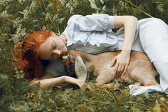 FOTOGRAFIAS DE KATERINA PLOTNIKOVA Es un fotógrafa rusa que compone hermosas fotos surealistas de paisajes y con animales. Lo que estás a punto de ver no es Photoshop, las bellas y las bestias siguen amándose. La fotógrafa rusa Katerina Plotnikova pone a prueba nuestra percepción con ninfas que posan junto a animales reales a los que tú ni te acercarías.