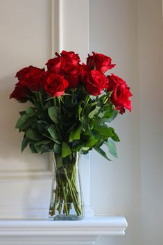 Bouquet of red roses on the mantelpiece Beautiful Flowers Photos, Beautiful Flowers Wallpapers, Beautiful Rose Flowers, Red Flowers, Red Tulips, Flower Images, Flower Photos, Rose Flower Wallpaper, Red Rose Bouquet