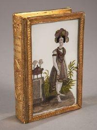 boite à dragées en forme de livre, en verrre, miroir papier gaufré et doré, le couvercle est orné d'un fixé sous verre au transfert aquarellé - Atena fbg. St. Honoré Paris