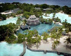 フィリピン屈指のリゾート地として知られるセブ島。本島を中心に167の島々からなるセブ州は、美しい海に囲まれています。セブ島の中心部にあるセブ市は、マニラに次ぐ国内第2の大都市で、市内には近代的なビルも建ち並ぶ一方、マゼランクロス、サンペドロ要塞をはじめとする数多くの歴史的な建造物や記念碑も残っていて、多くの人をひきつけてやみません。そして、セブのビーチは透明度の高い海と真っ白な砂浜で名高く、なかでも東部に位置するマクタン島にはリゾート施設が充実していて、ダイビングやウインドサーフィンなどのマリンスポーツが存分に楽しめるほか、ゴルフ場、スパ、カジノ、ナイトスポットもそろっています。そんな魅力あふれるセブ島で、おすすめの高級ホテルを紹介します。