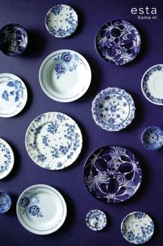 Afbeelding via Estahome - Blue and white. Plate Wall Decor, Wall Decor Design, Plates On Wall, Dutch Kitchen, New Kitchen Designs, Kitchen Decor Themes, Blue Plates, Blue China, Displaying Collections