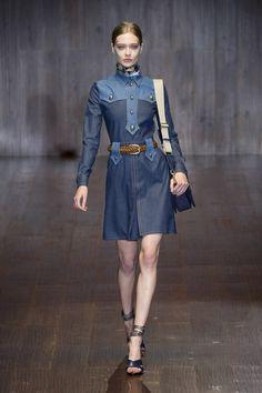 """【ELLE】デニムの新たな可能性を感じる洗練の一枚 エル・オンラインGUCCI デニムの新たな可能性を感じる洗練の一枚 気品さえ漂う「グッチ」のデニムは、デニム=カジュアルという概念を覆すものばかり! こちらのドレスは'70sなウエスタンシャツのディテールをベースに、濃淡デニムで切り替え、金ボタンをアクセントにしたクリーンなデザインが、すでに今季のデニムトレンドを象徴する代名詞的な存在に。ボタンを留めて高さを出した首元には、アイコンモチーフ""""フローラ""""のスカーフをインしたりと、アクセサリー使いも見逃せない。"""