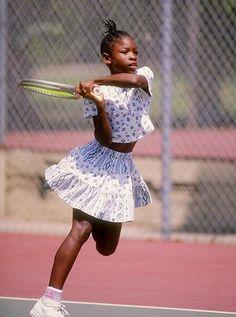 This photograph demonstartes Serena Williams playing tennis as a child. I love this image because she is young and it looks as if she is full of determination. This image shows the very beginning of her success! Serena Williams Tennis, Venus And Serena Williams, Tennis Clothes, Tennis Outfits, Tennis World, Tennis Players Female, Tennis Fashion, Sport Tennis, Tennis Stars
