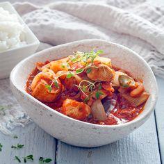 Punainen broileri-fenkolipata on helppo valmistaa. Tomaattisesta padasta riittää isommallekin porukalle. Resepti vain noin 2,30 €/annos.